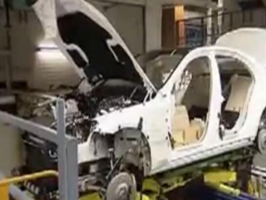 德國庫卡工業機器人在奔馳S級生產線